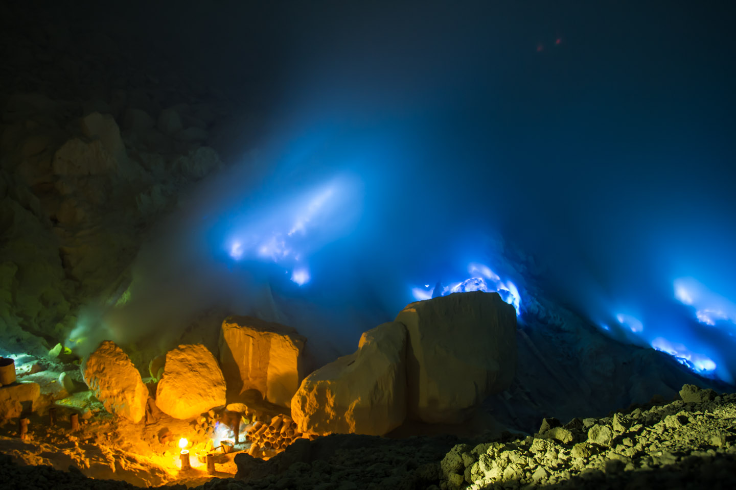 Blue Flames Ijen crater java indonesia / Blaue Flammen Krater Vulkan Indonesien