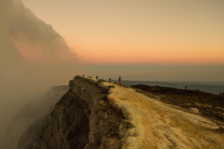 Sunrise Ijen crater java indonesia / Sonnenaufgang Wanderung Kraterrand Vulkan Indonesien