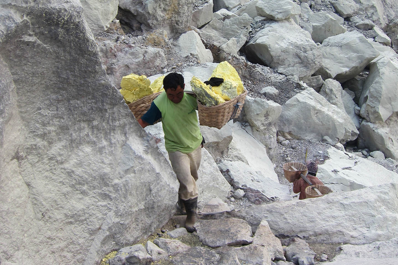 Sulfur porter Ijen crater java indonesia / Schwefel Träger Krater Vulkan Indonesien