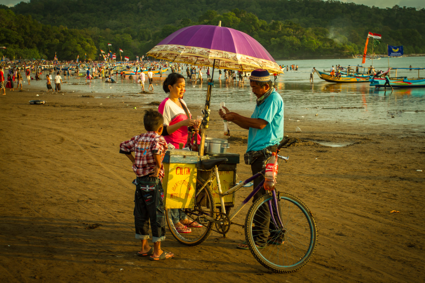 Bicycle selling Mie Bakso at Pangandaran beach Java Indonesia during Ramadan Idul Fitri 2013 Indonesien
